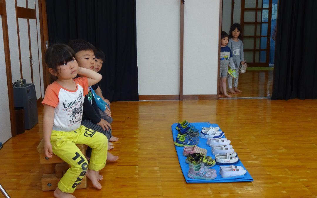 Japans Kinder stecken in zu kurzen Schuhen
